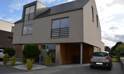 Duplex-appartement met carport