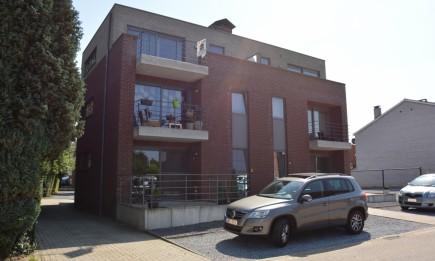 Recent appartement met 2 slaapkamers, terras aan voor- en achterzijde, 2 parkings en kelderberging