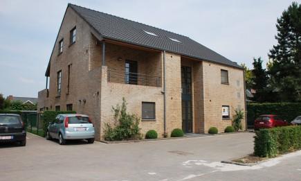Gelijkvloers appartement met 2 slaapkamers, terras, tuintje en carport