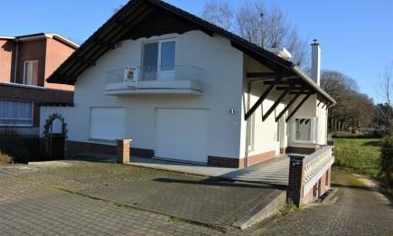 Vrijstaande woning met ruim terras en achtergelegen gazon.