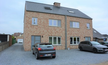 Recent duplex-appartement (1.1) met 2 slaapkamers, veranda, terras en garage. Goed gelegen aan het centrum.