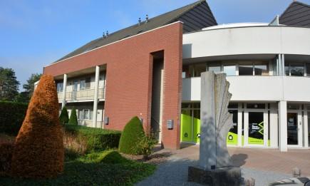Recent duplex-appartement met parking en ruim zonneterras. Gelegen in het centrum van Niel-bij-As.