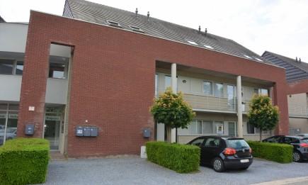 Gelijkvloers appartement met ruim terras en private parking.