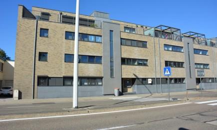 Recent, gelijkvloers appartement met terras, tuin en parking in de parkeergarage.