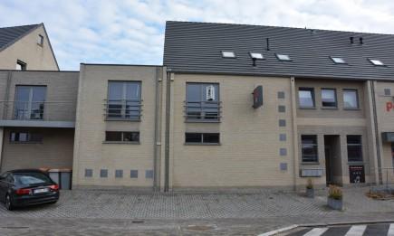 Recent duplex-appartement met ruim zonneterras en twee parkings. Gelegen in het centrum.