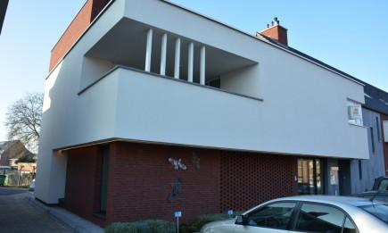 Duplex-appartement met 2 slaapkamers en ruim terras. Private parking in keldergarage.