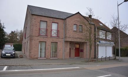 Gelijkvloers appartement met garage in het centrum van As.